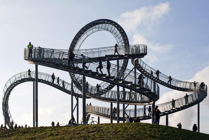 1. Такая витиеватая лестница имеет длину 220 метров, весит 90 тонн и сделана из оцинкованного металл
