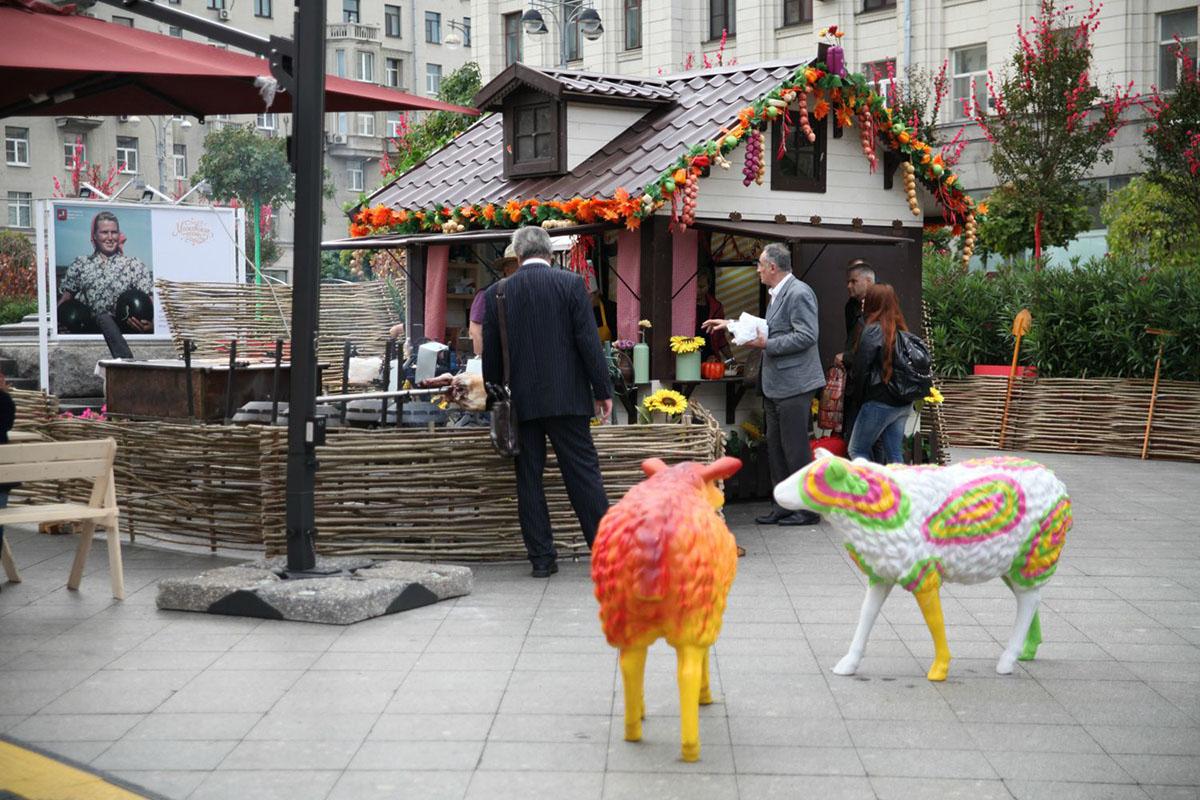 4. Кстати, на Тверской площади в одном из шале торгует фермер Джон. На фестиваль он привез из Владим