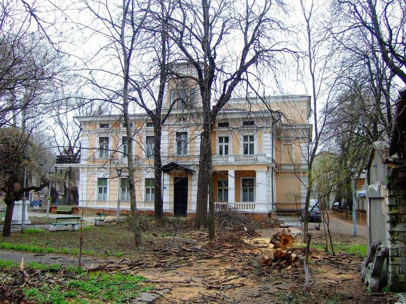 Здание в реставрируемом комплексе