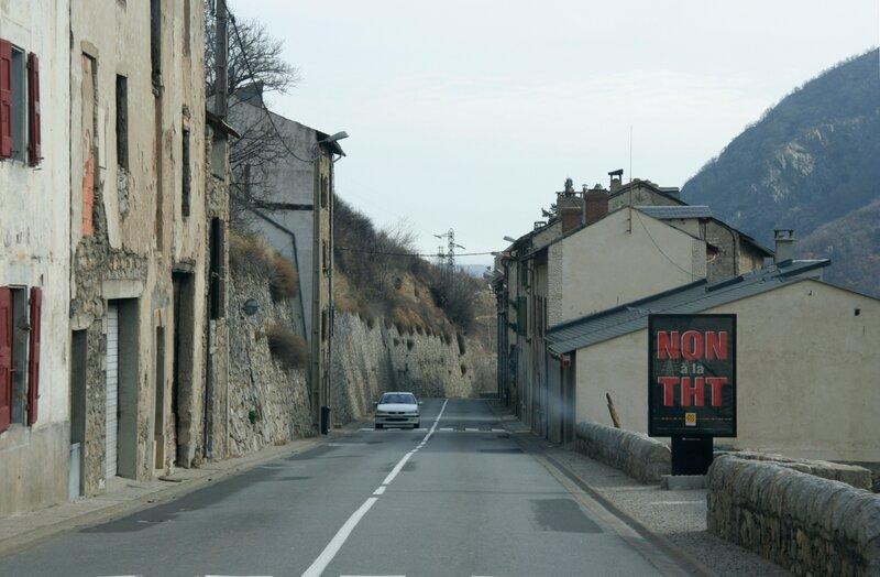 Дорога через старинный французский город в Восточных Пиренеях