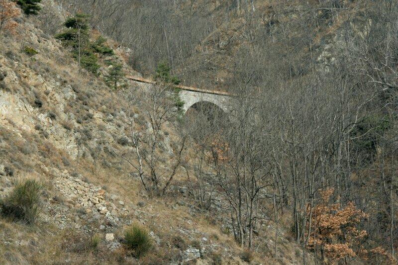 Железнодорожный мост на склоне в Восточных Пиренеях