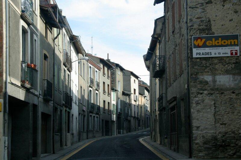 Центральная улица в городке в Восточных Пиренеях
