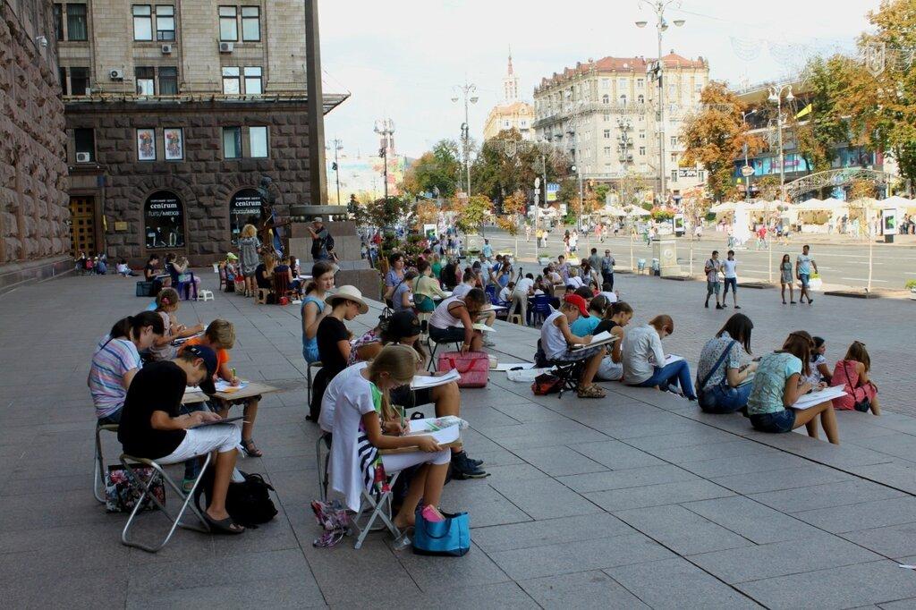 Юные художники под мэрией Киева