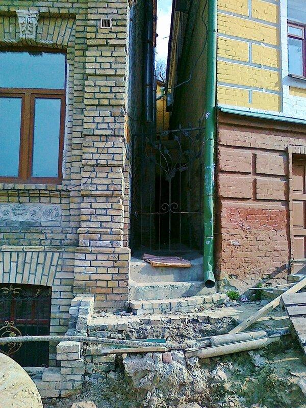 Щель между домом Булгакова и следующим домом