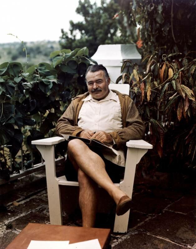 Хемингуэй в своем доме на Кубе. 1947 г.