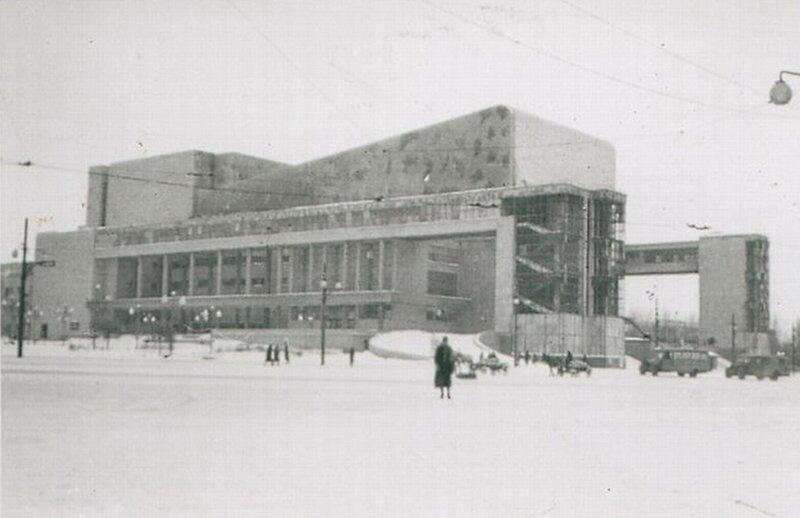 423, с нами 3 года.  Конечно, это театр Горького в Ростове-на-Дону.  Привожу военное фото.