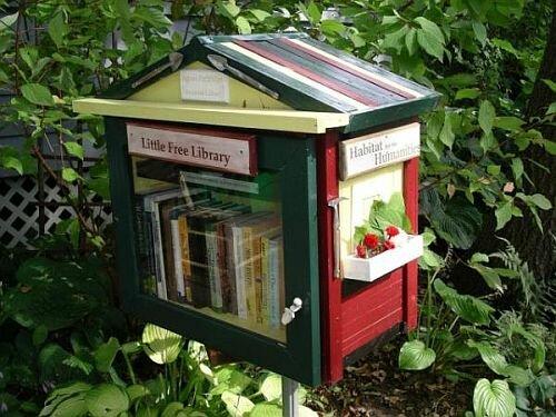 Еще один книжный домик, судя по оформлению и книжкам хозяйка - женщина