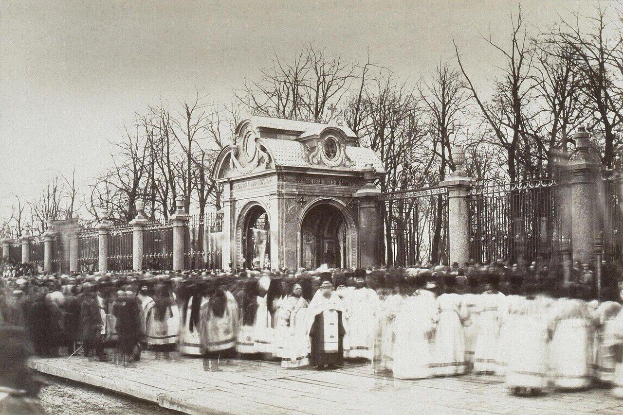 Крестный ход у часовни у Летнего сада. 1867