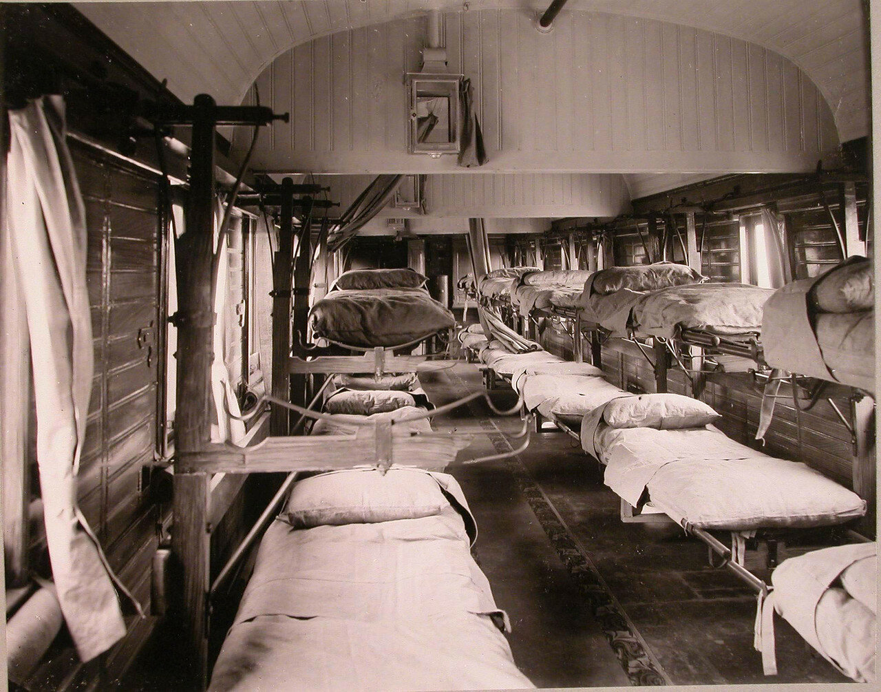 06. Внутренний вид вагона поезда, оборудованного для тяжелораненых
