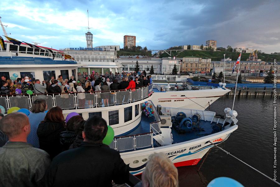 Туристам теплоходов «Н.А.Некрасов» и «Александр Бенуа» пришлось во время церемонии открытия толкаться на шлюпочной палубе теплоходов
