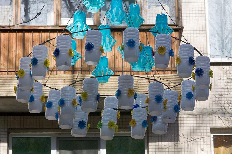 Украшаем свой двор из пластиковых бутылок своими руками 45