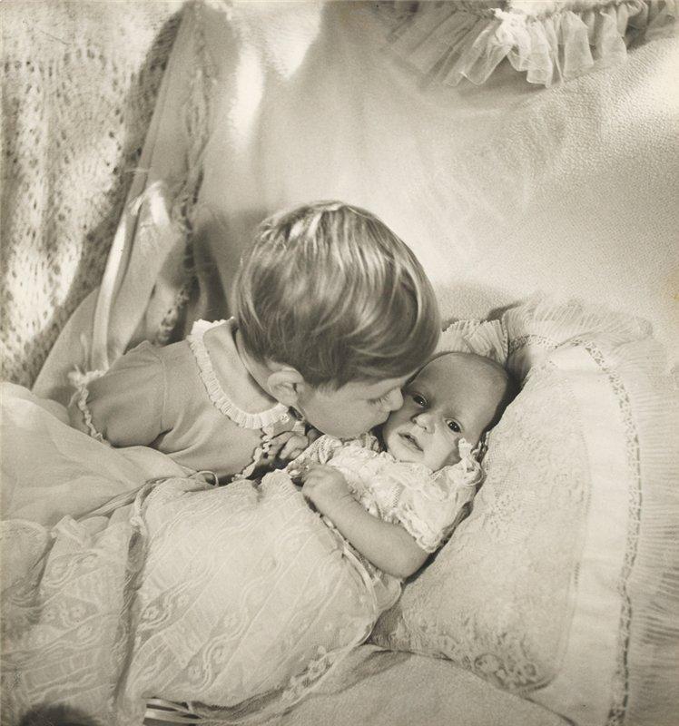 Принц Чарльз целует свою младшую сестренку принцессу Анну. Коаренс Хаус. Сентябрь 1950