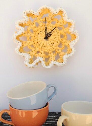 Идеи использования вязаных салфеток часы