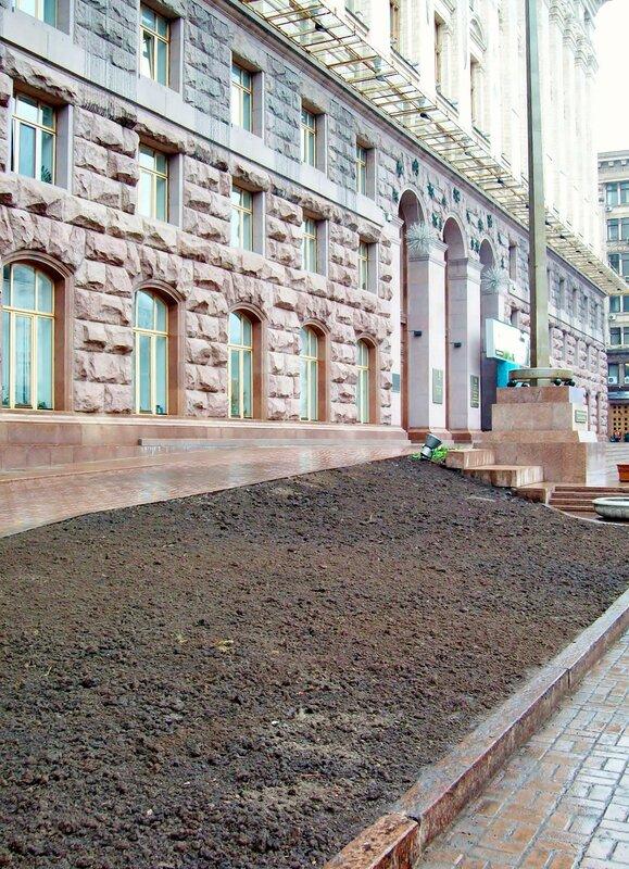 газон перед мэрией Киева