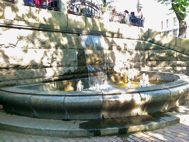 Водопад перед входом в Мариинский парк
