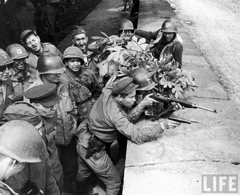 Бойцы 58-й гвардейской стрелковой дивизии позируют с американскими солдатами 69-й пехотной дивизии.