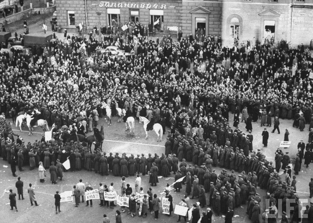 апрель 1961 года. Митинг студентов перед посольством Америки