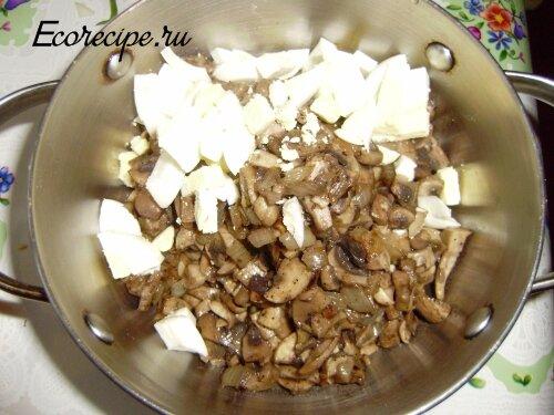 Грибы и яйца для салата Обжорка