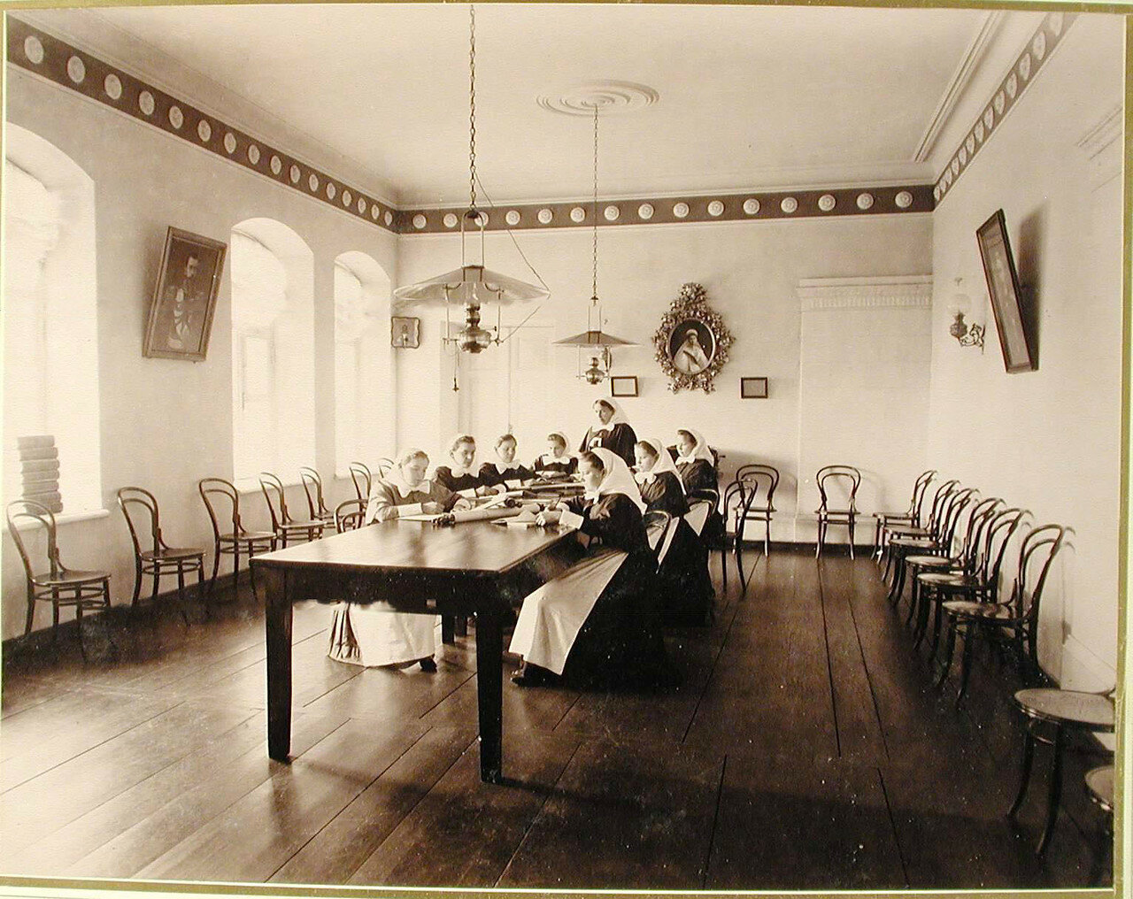 03.Группа сестёр милосердия в зале общины во время занятия
