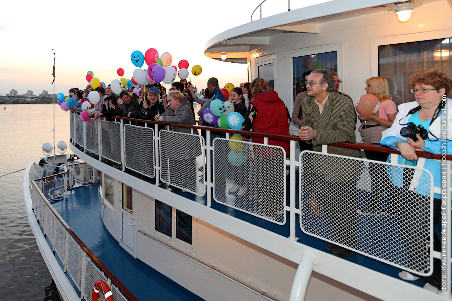 Туристы теплохода «Н.А.Некрасов» наблюдают за происходящим на шлюпочной палубе «Александра Бенуа»