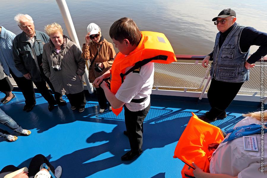 Представитель команды теплохода «Н.А.Некрасов» рассказывает, где искать спасательный жилет и как им пользоваться в случае необходимости
