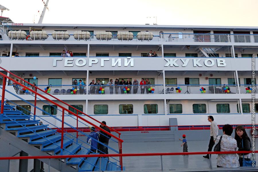 Стоящий первым бортом у Нижегородского причала 137,5-метровый «Георгий Жуков» полностью закрывает от нас «Бенуа» и «Некрасова»