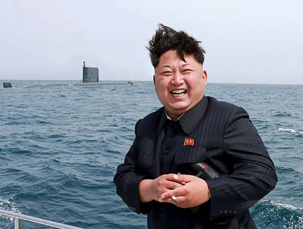 Ким Чен Ын наблюдает за стратегической  подводной лодкой стреляющей  баллистической ракетой (даты нет)