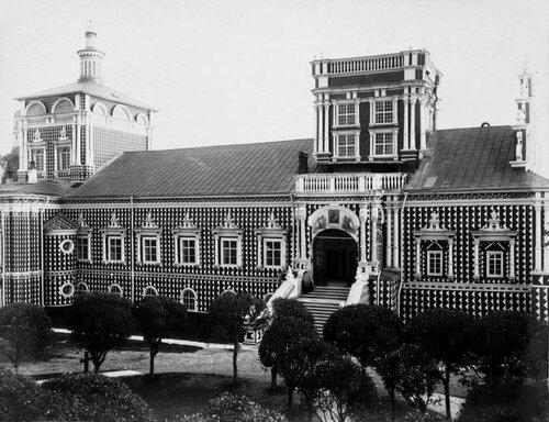 Симонов монастырь в Москве. Тихвинская церковь и трапезная.