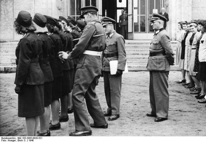 Berlin, britische Offiziere begutachten Polizistinnen