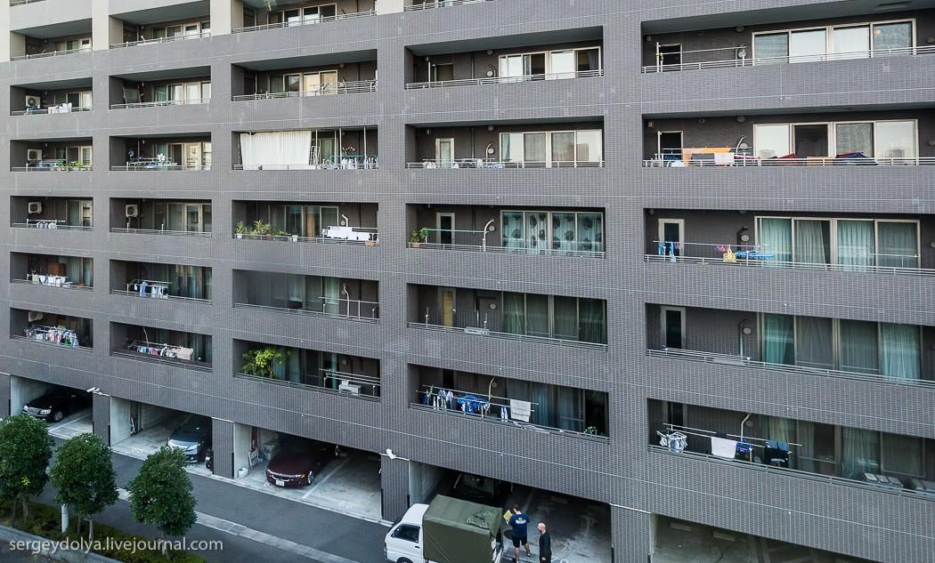12. Все балконы увешены бельем. По какой-то причине японцы не любят сушилки и пользуются таким вот д