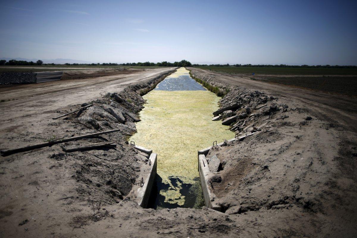 8. Пересохший оросительный канал, идущий через высыхающие поля в Лос-Баносе. Жителей населенных пунк