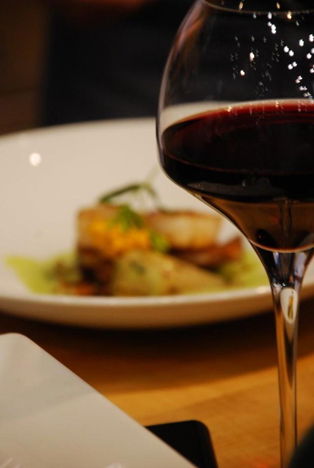 35. Сочетайте вместе рыбу и красное вино Сухое красное вино — отличный компаньон для красной рыбы. О