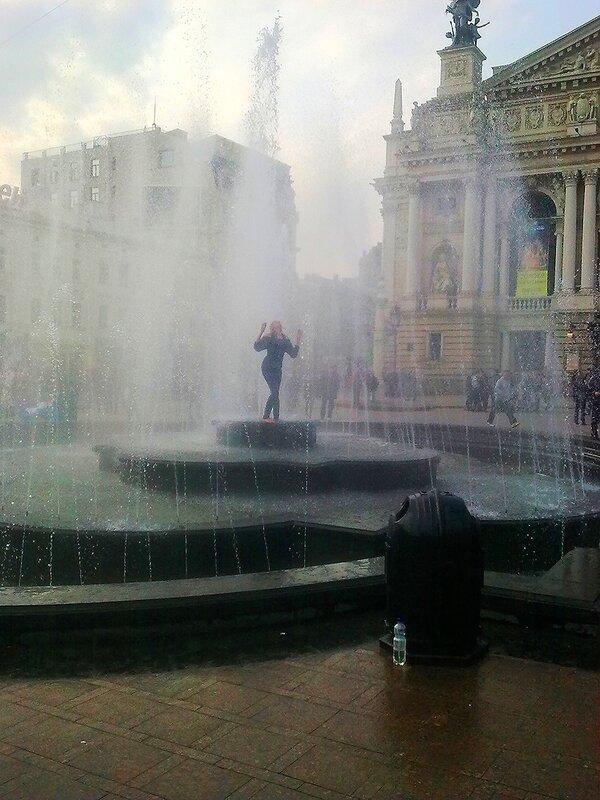Девушка, танцующая в фонтане.