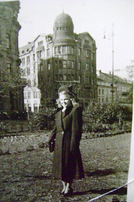 Львов. Мама, беременная мной. 1954 год.