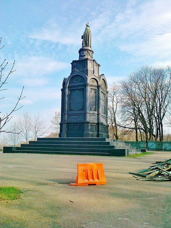 Ограждение перед памятником Владимиру Крестителю