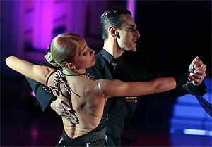 Танго в красном: хабаровские танцоры приняли участие во всероссийском флешмобе