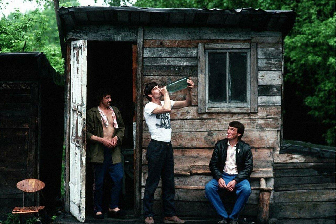 1991. Новокузнецк. Люди расслабляются возле сарая