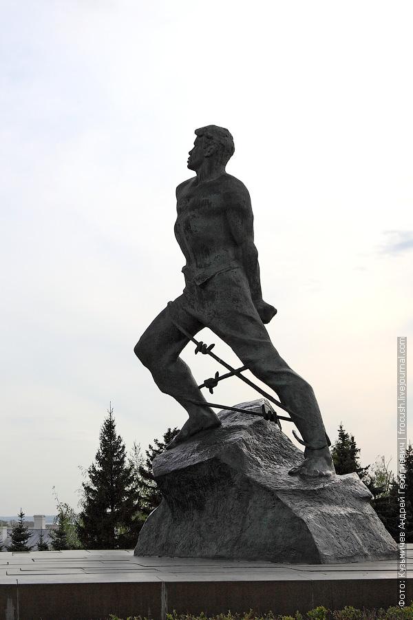 При входе в Казанский кремль установлен памятник Мусе Джалилю — татарскому советскому поэту, Герою Советского Союза