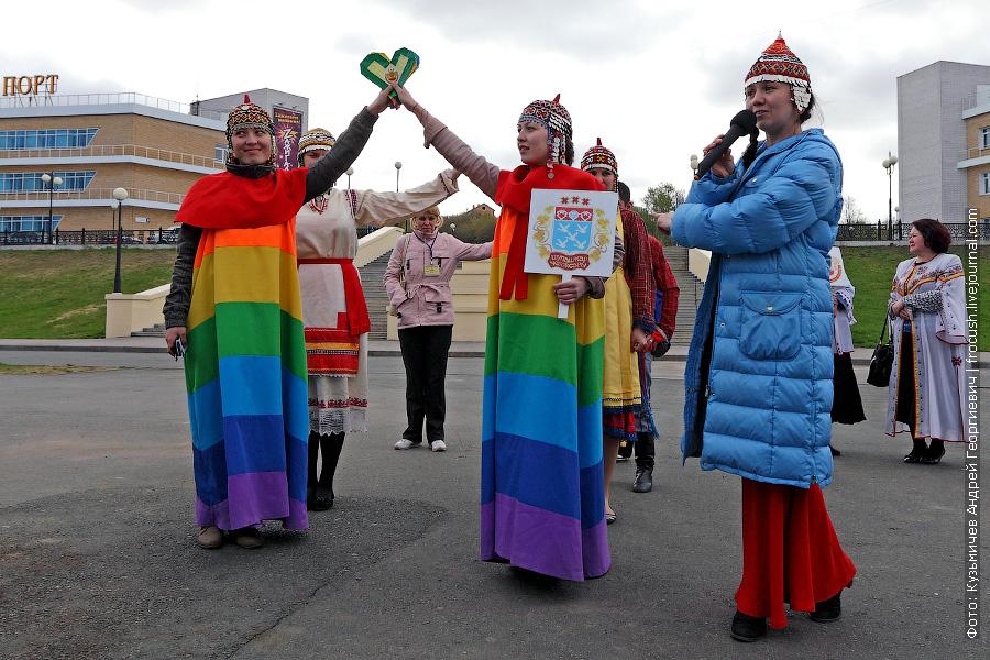 Прошу заметить, что наряд этих девушек с ЛГБТ ничего общего не имеет