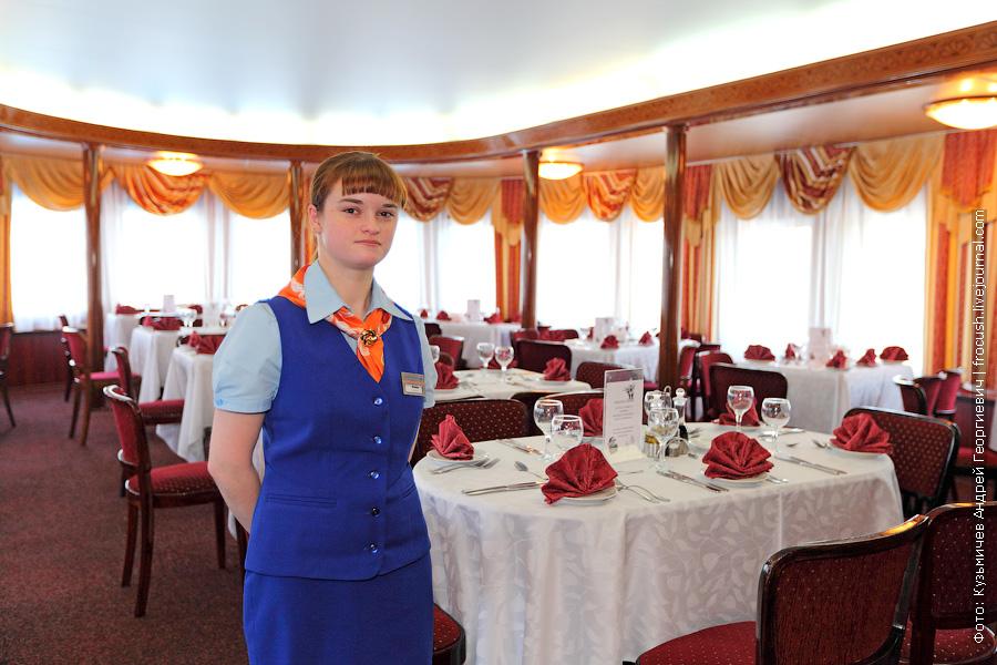 официантка Ксения ресторана «Романтика» на шлюпочной палубе теплохода «Александр Бенуа»