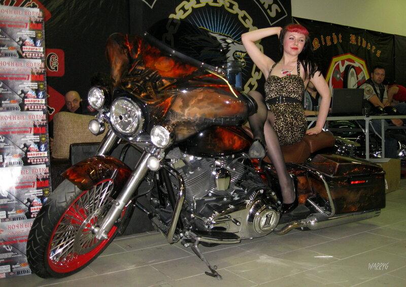 Девушка на стенде мотоклуба «Night Wolves MG».