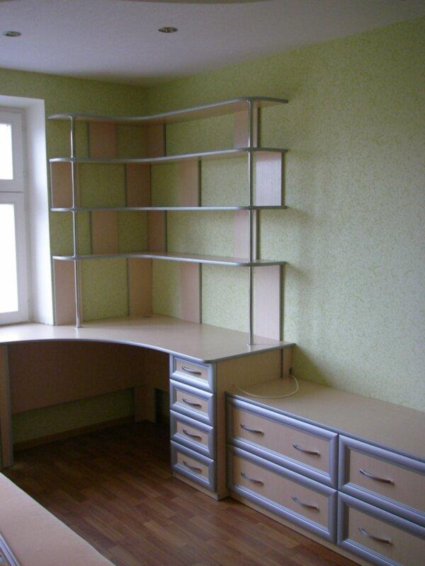 Стенки полки столы щкафы.