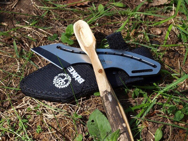 вырезанная ложка на фоне ножа