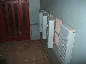 не закрытые почтовые ящики в подъезде дома