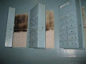 открытые почтовые ящики в подъезде дома