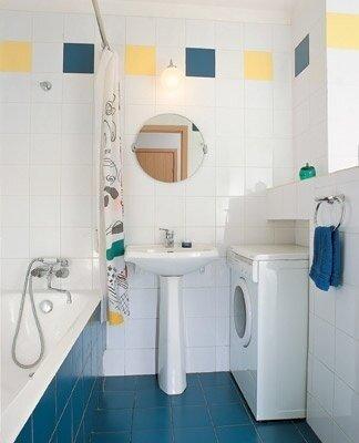 Из фрагмента старой перегородки между туалетом и ванной сделали низкий барьер, разделивший новую ванную комнату на...