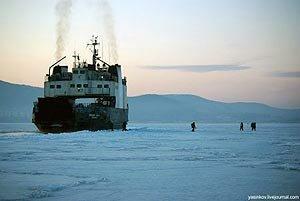 Во Владивостоке паром застрял во льдах