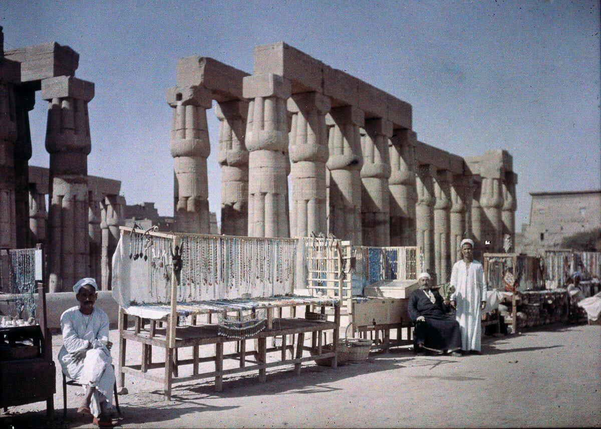 1913. Торговые палатки у древних египетских руин
