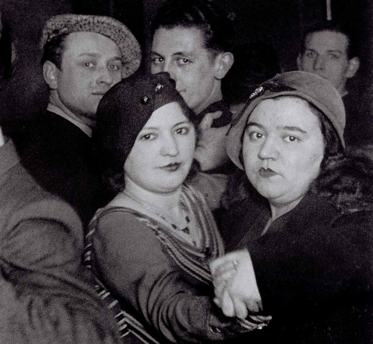 1932. Лесбиянки из дансинга на рю Монтань-Сент-Женевьев