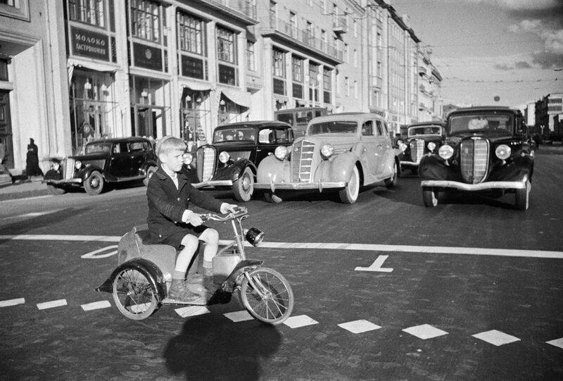1937с Мальчик на велосипеде пересекает улицу Горького Шайхет.jpg